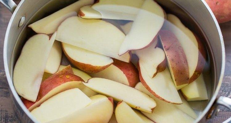 Corta las papas en rebanadas.