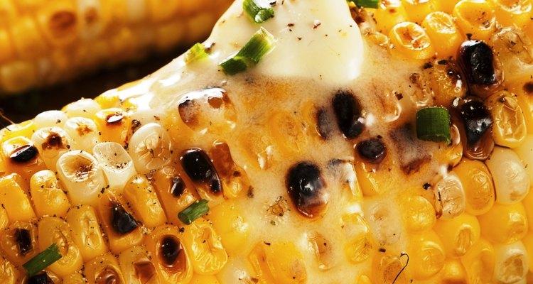 Um delicioso milho assado sem sujeira e em 30 minutos