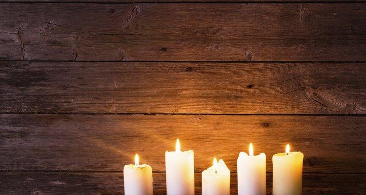 Cera de vela pode ser removida com segurança de moveis de madeira, desde que seja feito com cuidado
