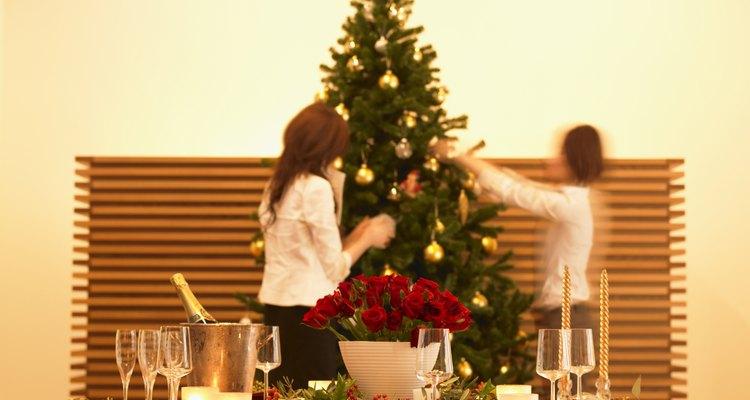 Hogar decorado con adornos y luces navideñas
