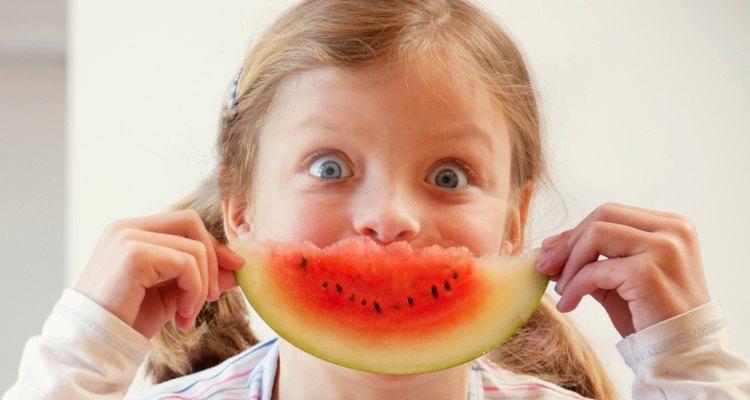 Com algumas dicas, as crianças passarão a comer sem manha