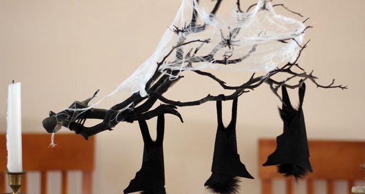 Un centro de mesa con forma de rama colgante para Halloween.