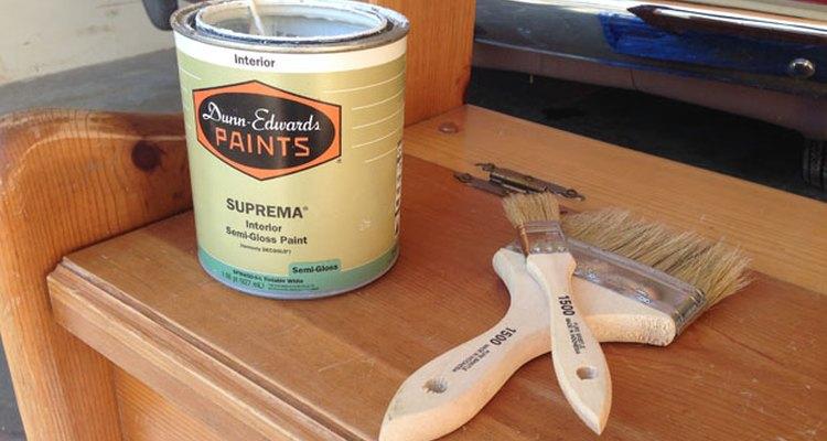 Reúne la pintura y los pinceles.