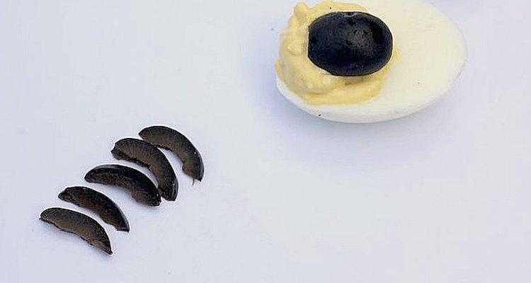 Las aceitunas negras serán el cuerpo y las patas de la araña.