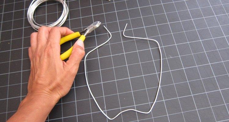 Crea la forma de los cuernos con alambre.