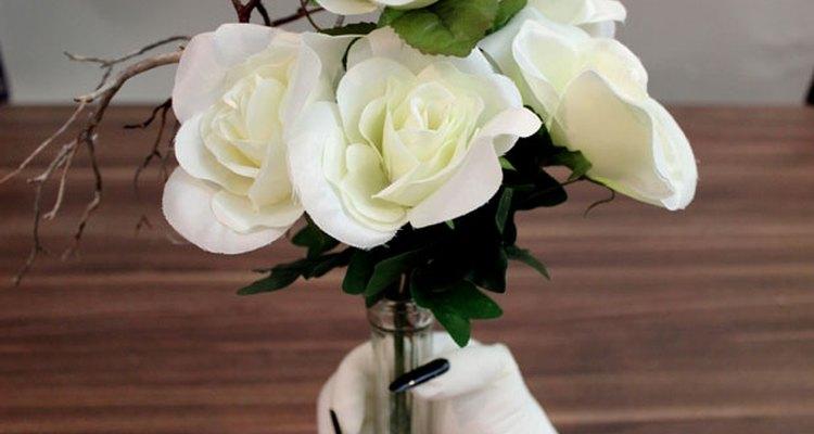 Coloca las flores en un florero.