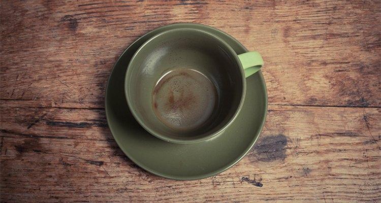 Quita las molestas manchas de té y de café de las tazas con bicarbonato de sodio.