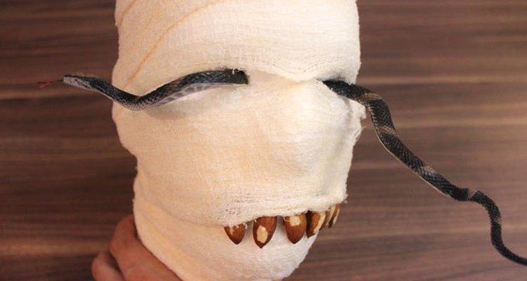 Inserta los trozos de serpiente en los ojos.