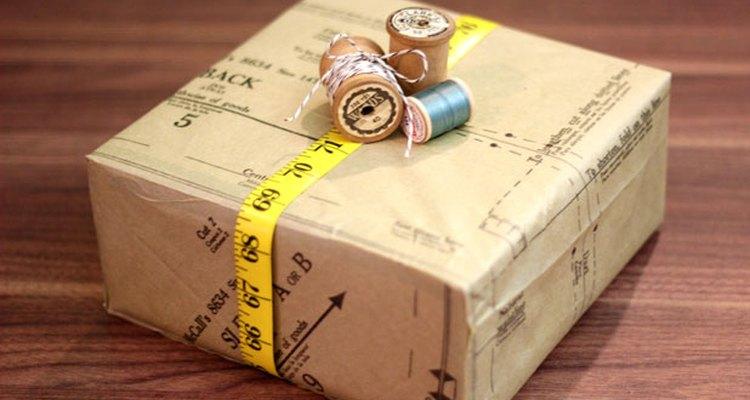Decora la caja con una cinta métrica y carretes.