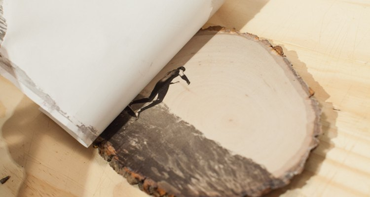 Desprende el papel de la madera.