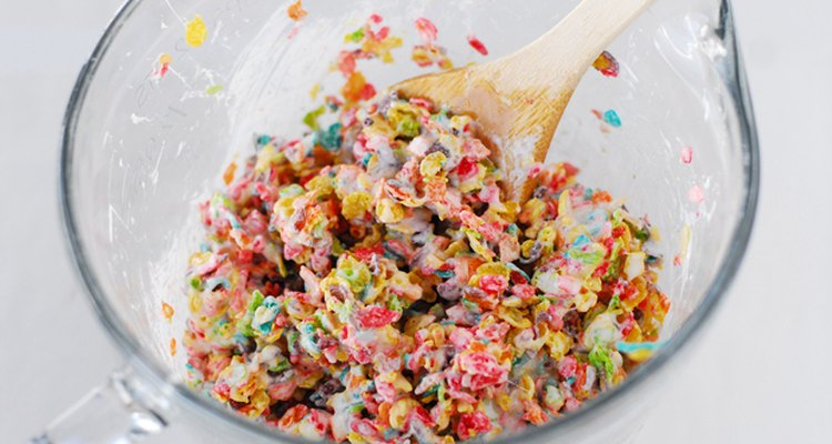 Añade el cereal de arroz con sabor a frutas.