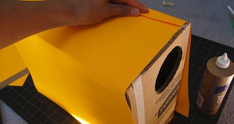 Adhiere el papel a la caja.
