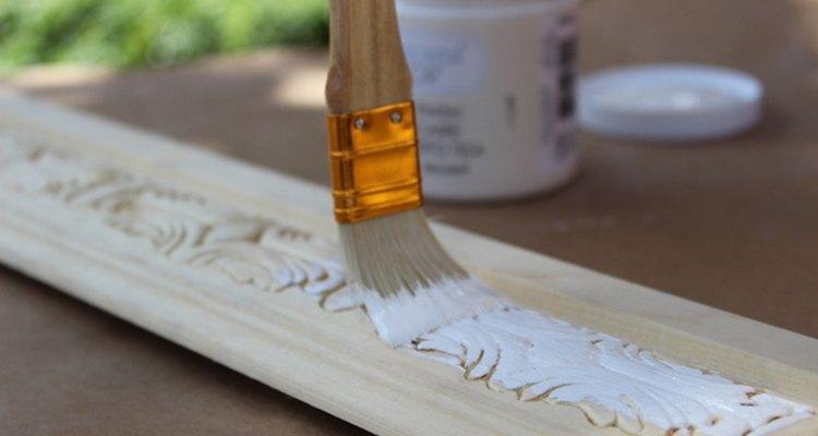 Para aplicar una pintura a la tiza, usa un pincel de fibras naturales.