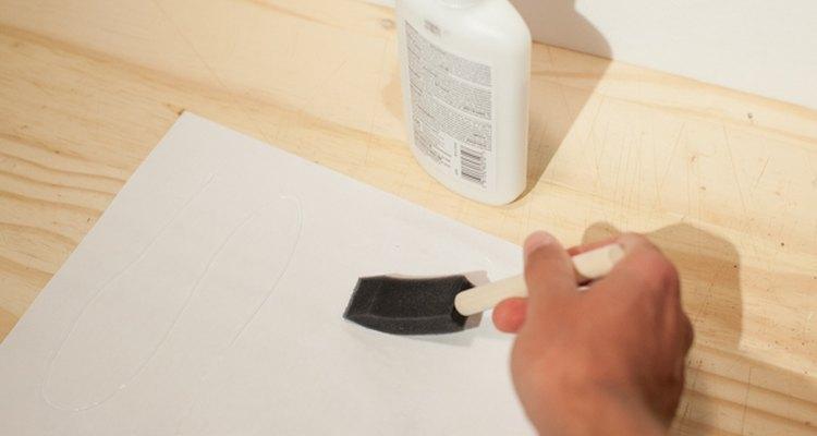 Aplica una capa delgada de pegamento a la parte posterior de la etiqueta.