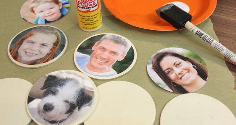 Las fotos adheridas con pegamento con decoupage sobre los discos de madera.