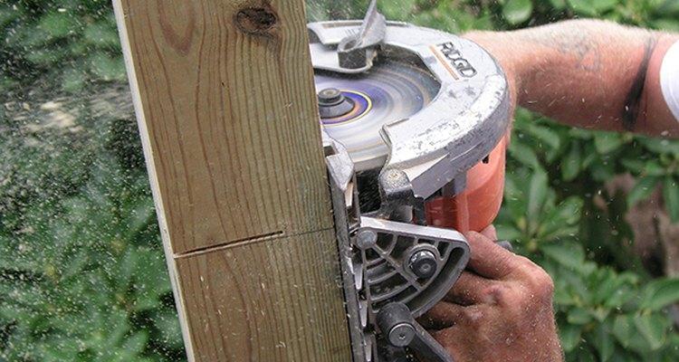 Ten cuidado cuando manipules la sierra circular.