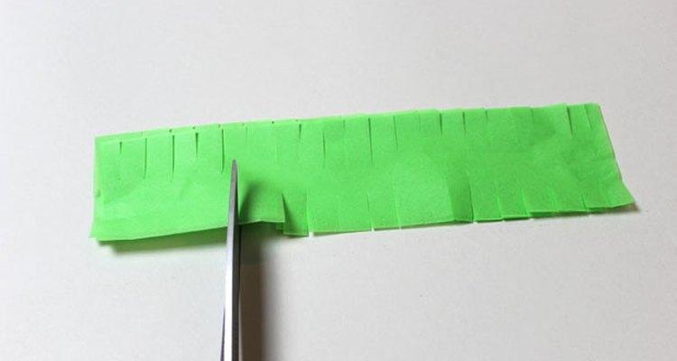 Corta algunas aberturas a lo largo de las tiras de papel de seda.