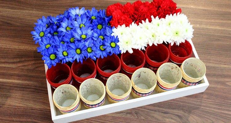 Llena los frascos de conservas con flores.