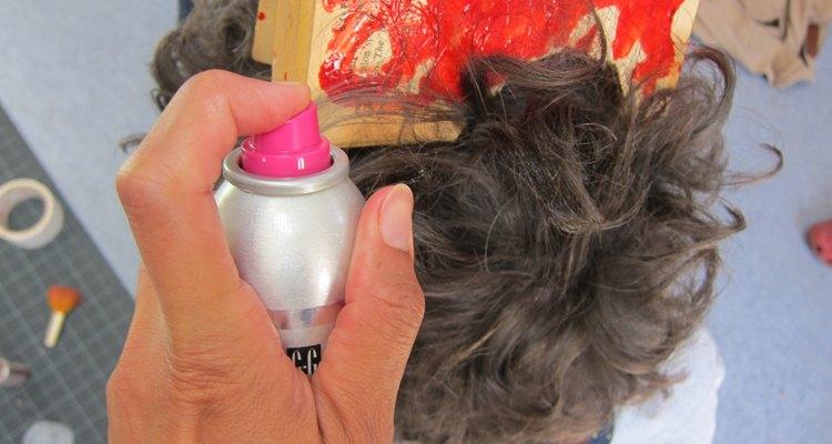 Peina tu cabello hacia arriba con laca.
