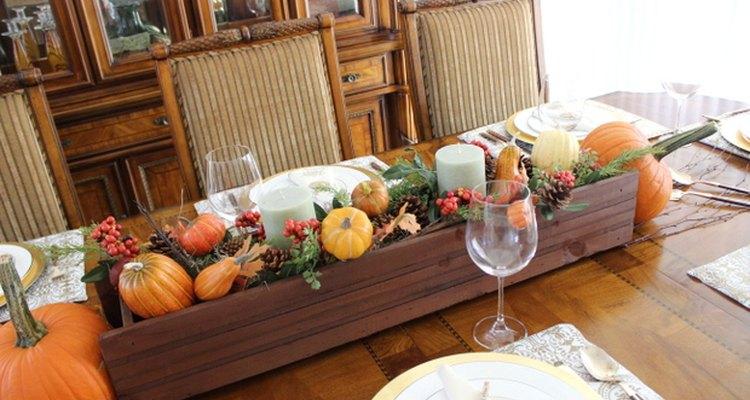Crea un centro de mesa de otoño con una jardinera.
