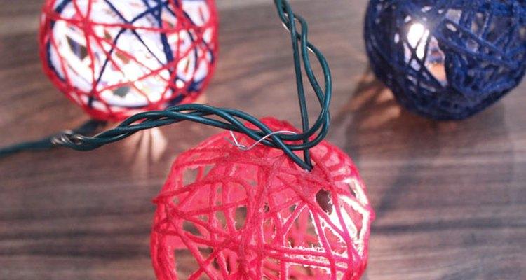 Inserta las guías de luces en los globos.
