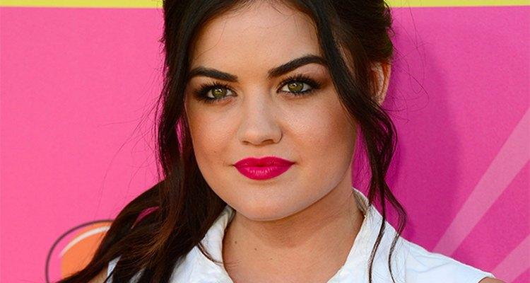 Fique na moda com tudo durante a primavera, de lábios rosa como Lucy Hale a olhos brilhantes em rosas, azuis e verdes