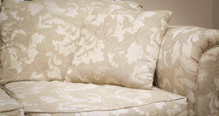 Las fundas para los muebles evitan que tu sofá se convierta en un desastre lleno de pelos.