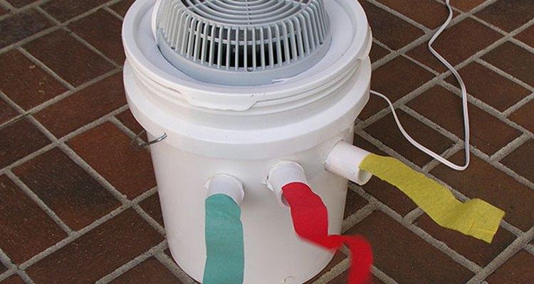 Un aire acondicionado portátil en una cubeta.