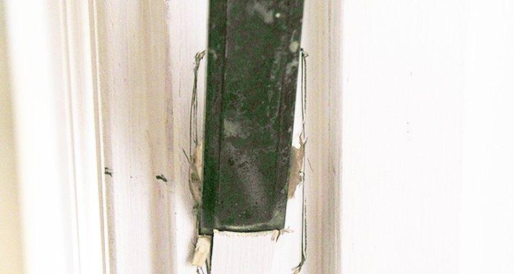 Quita la suficiente cantidad de madera para que la escuadra de cierre quede al mismo nivel que el marco de la puerta.