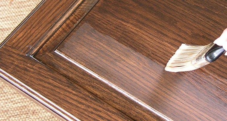 Aplica poliuretano en varias capas delgadas.