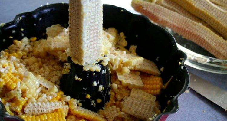 Usa una budinera para cortar el maíz de la mazorca.