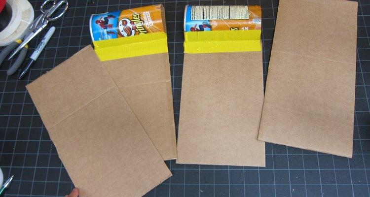 Recorta otros dos trozos de cartón.