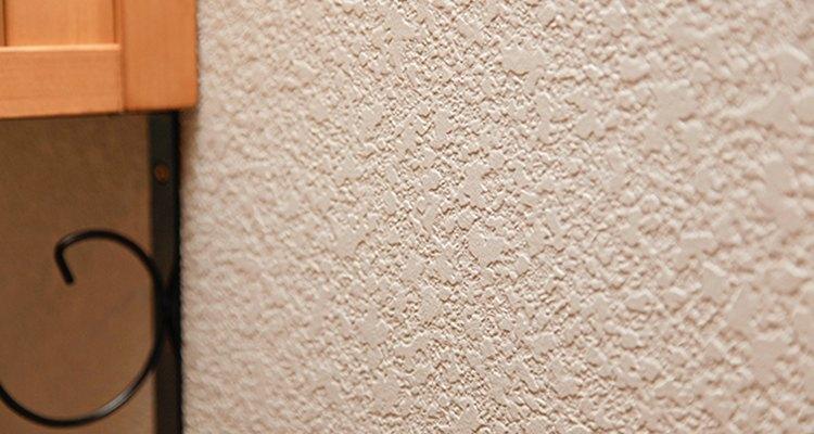 Evita que el perro apoye las patas en las paredes recién pintadas hasta que la pintura se seque.