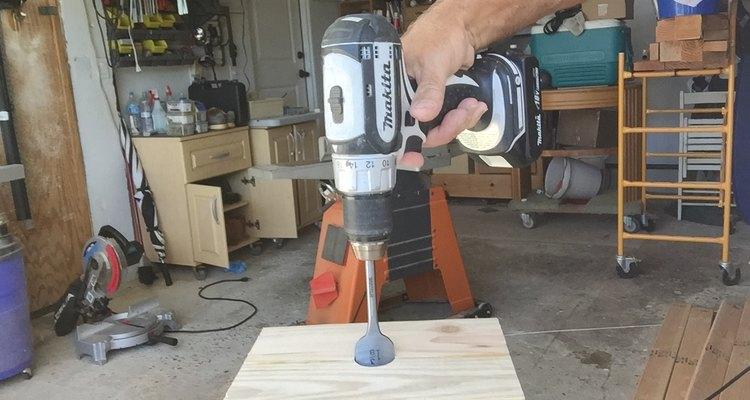 Perfora un agujero a 2 1/2 pulgadas (6,3 cm) de profundidad.