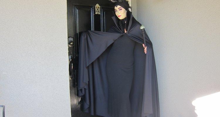 Vestida de negro de pies a cabeza.