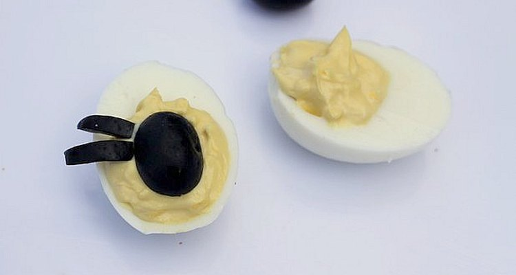 ¿Tienes que preparar alimentos para muchas personas? Deja algunos huevos solos para aquellos a los que no les gustan las aceitunas.