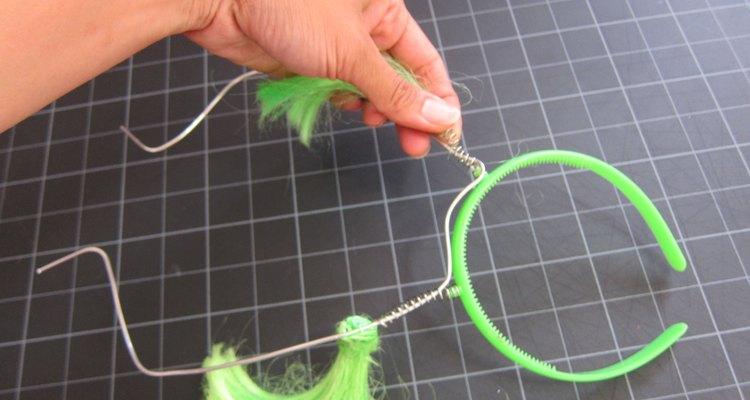 Añade el alambre de armadura a la cinta para la cabeza.