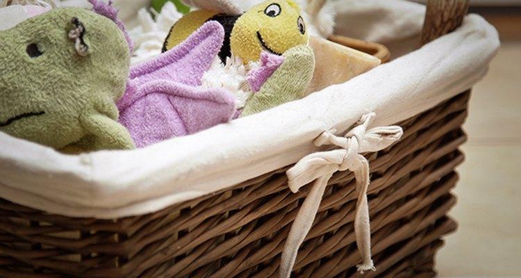 Evita pisar los juguetes de tu mascota organizándolos en un cesto.