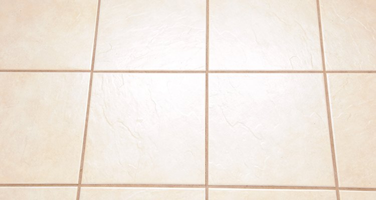 A nadie le agradan las huellas de las patas sucias del perro, pero podrás limpiarlas fácilmente en los pisos resistentes.
