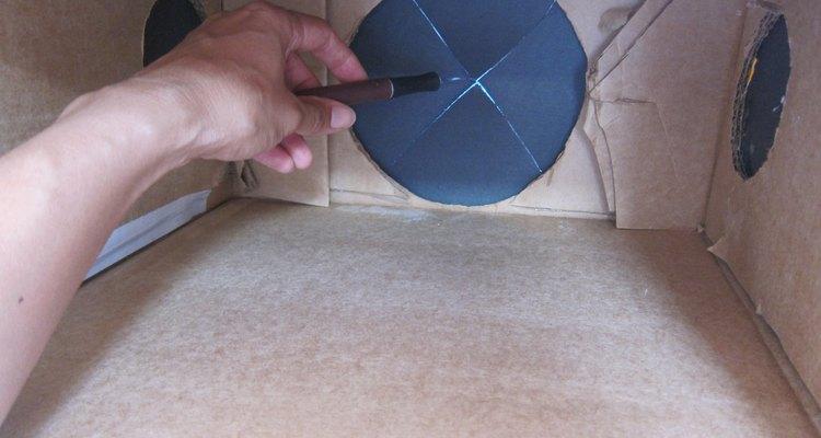 Recorta el papel para revelar los agujeros.