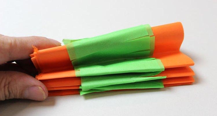 Dobla el papel en forma de acordeón.