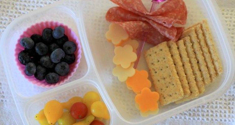 No necesitas poner dos tipos de queso, pero el almuerzo resultará más divertido.