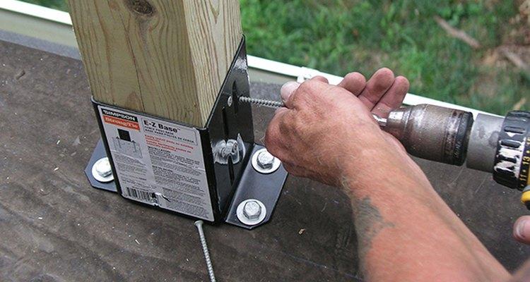 Un martillo perforados acelera la instalación de los tornillos.