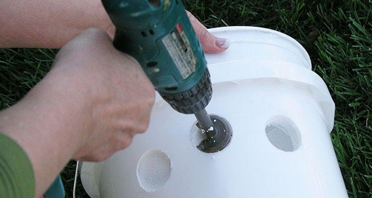 Perfora los agujeros en la cubeta de espuma de poliestireno.