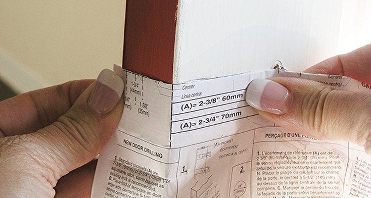 Marca los centros de acuerdo a la plantilla proporcionada con el cerrojo.