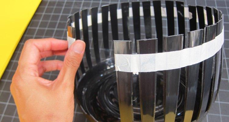 Pega el cesto con una cinta adhesiva para que no se abra.