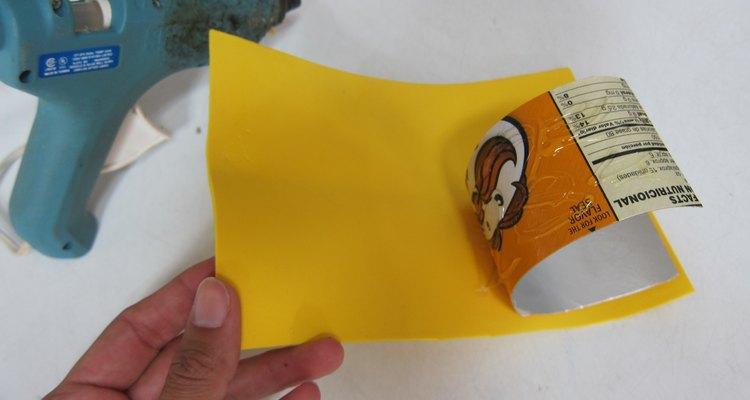 Cubre el cartón con goma eva.