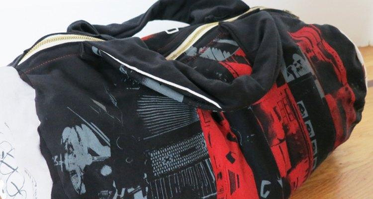 Use camisetas velhas para fazer esta mochila