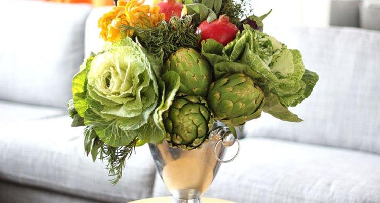 Un arreglo de frutas y verduras de otoño.