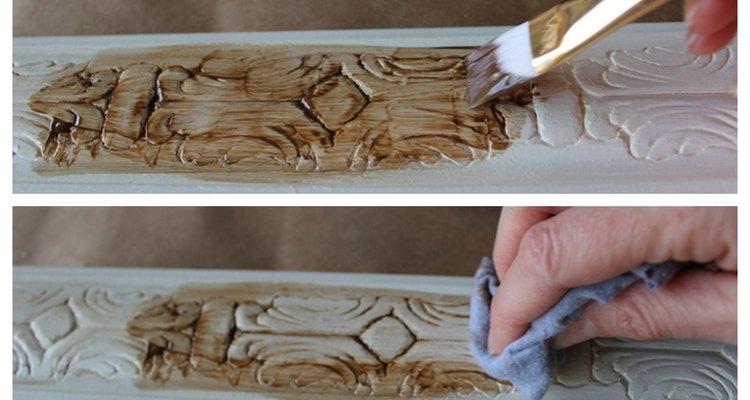 Aplique e limpe a cera marrom em espaços de 8 ou 10 cm